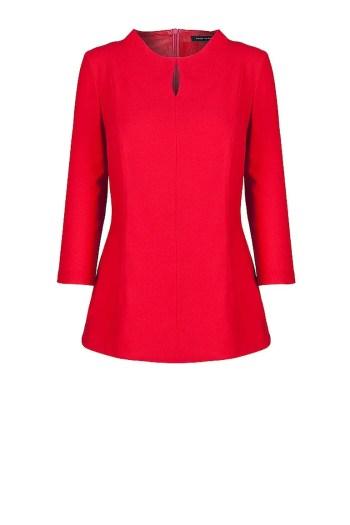 Czerwona bluzka z małą stójką i pęknięciem marki Vito Vergelis