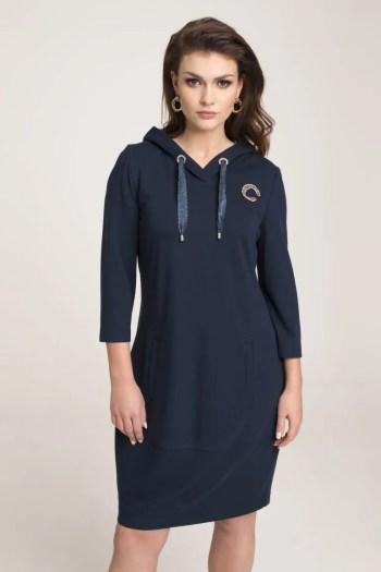 Modelka w sukience Vito Vergelis. Granatowa dzianinowa sukienka z kapturem i literką Vito Vergelis