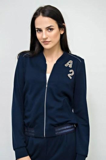 Linia basic Vito Vergelis. Granatowa dzianinowa bluza na suwak z gumą i literkami.