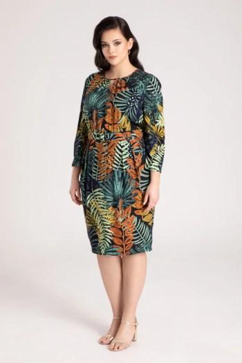 sukienka w wiskozy w liście. Sukienka plus size z tkaninowym paskiem marki Vito Vergelis