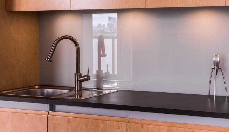 cr dence de cuisine en verre sur mesure par le vitrier vitraco vitraco. Black Bedroom Furniture Sets. Home Design Ideas