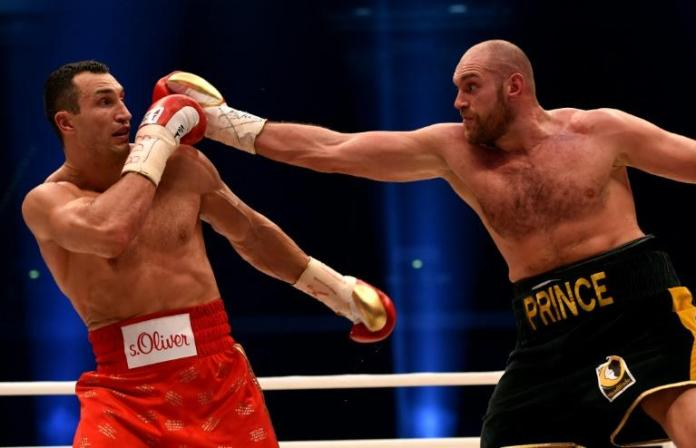Wladimir Klitschko (L) and Tyson Fury during their WBA, IBF, WBO and IBO title bout in Duesseldorf on November 28, 2015  ©Patrick Stollarz/AFP/File