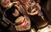 Ja, wir können auch Blasphemie: Das Uerige Sticke Alt trinken wir aus dem Gaffel Vintage Glas. Doch den Rheinländer Lokalposern sei gesagt: Auf den Inhalt kommt es an und der kombiniert kräftig geröstetes Malz mit bitteren Hopfennoten.