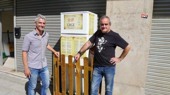 Galdakao Mayor Ibon Uribe (esquerda) e o voluntário Javier Goikoetxea posam na frente da Geladeira Solidaria, primeira geladeira comum da Espanha, compartilhada pelos cidadões de Galdakao, cidade próxima a Bilbao.