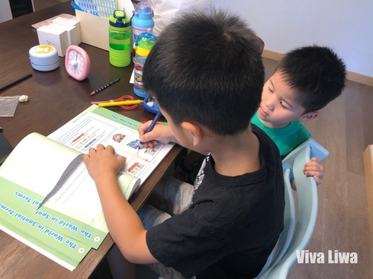 小一在家自學內容:每天念兩章英文章節書+一篇中文拼音文章
