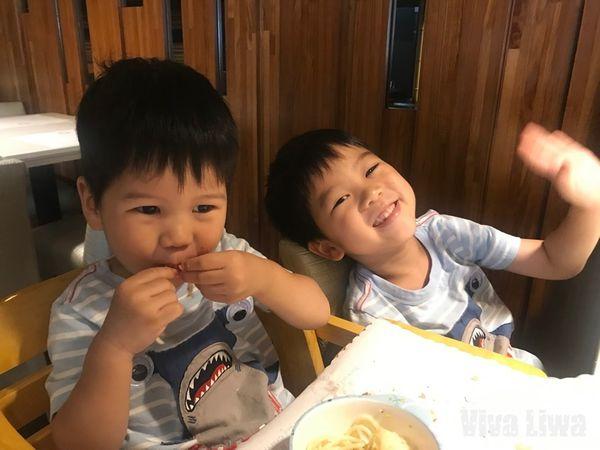 【育兒】讓孩子在家/在餐廳都能好好吃飯!幼兒吃飯規矩與用餐禮儀分享