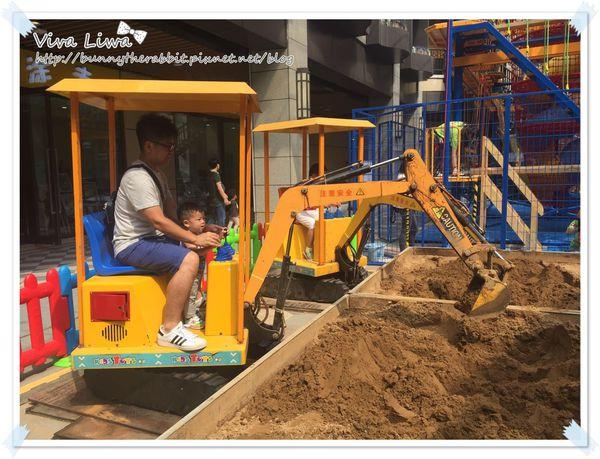 365-351 翰1Y4M。寶寶也來開挖土機!(可惜哥的興趣只有兩分鐘)