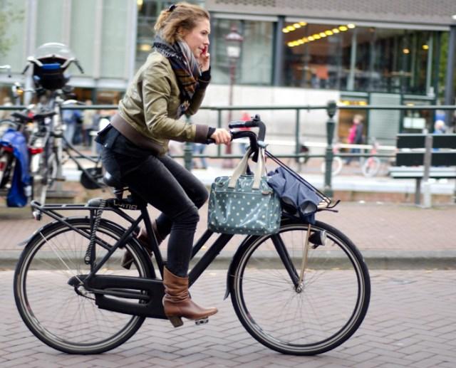 Pessoa pedalando e falando no celular