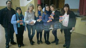 Hno. Víctor Hirch svd; Hna. Paulina Oviedo hsjc; Profesora con alumnas de 5º año; Norma Ruiz (Pte. Consejo Municipal de la Mujer-Alte.Brown)