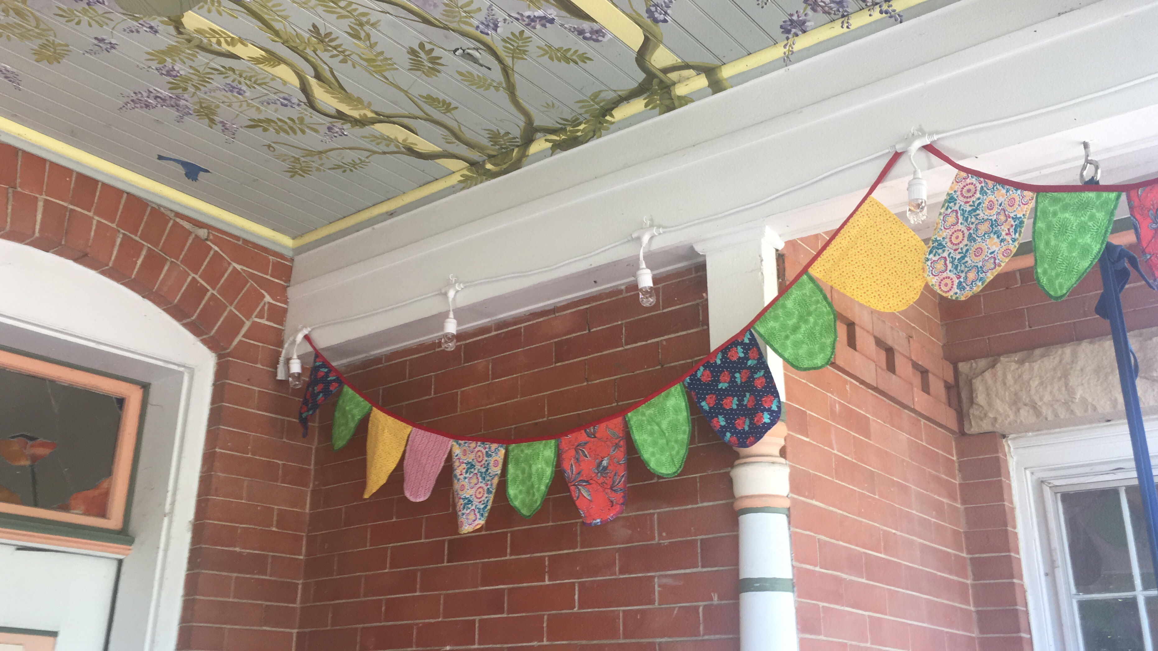 I made fabric garlands for the porch