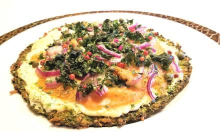 Pizza au saumon fumé et kale sur pâte de brocoli