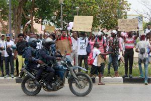 manifestação de estudantes contra propinas