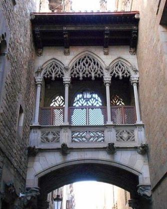 puente-carrer-bisbe-barrio-gotico-barcelona