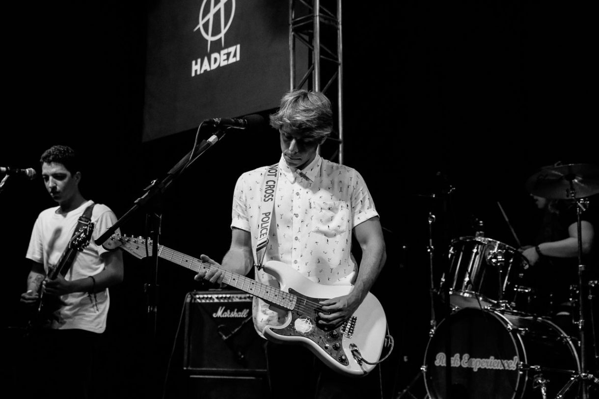 A banda Hadezi toca rock.