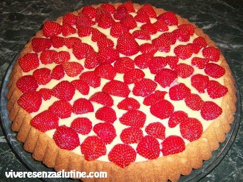 Gluten-free pie with white chocolate cream and strawberries