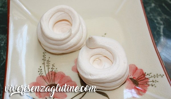 Meringue cups with peaches