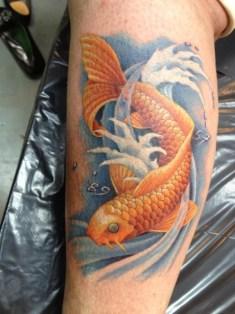 tatuaje pez koi en la pierna