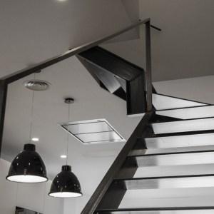 Reforma de una casa con escalera en hierro