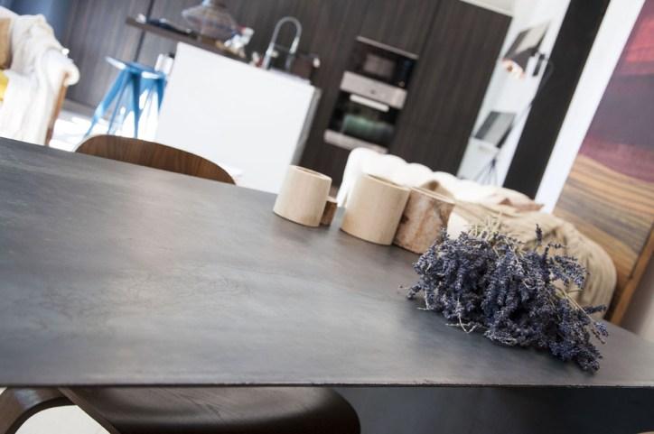 Mesa de hierro en el showroom de Barcelona