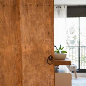 puerta de madera como elemento decorativo