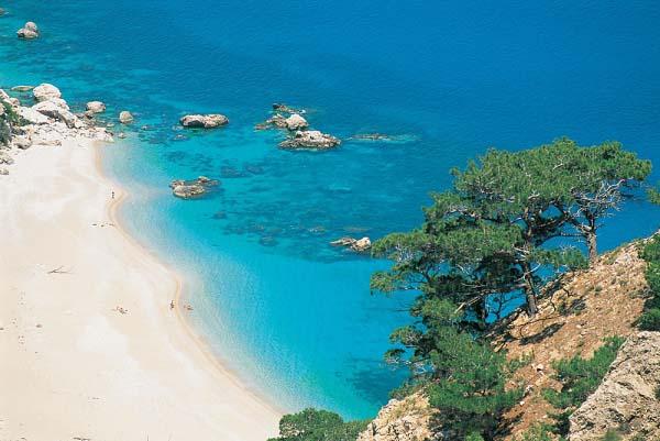 Karpathos che si specchia nel mare greco