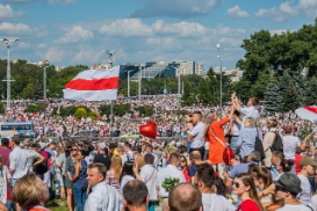 Bielorrusia protestas banderas gente