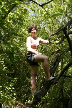 Estefa yéndose por las ramas paleo torrelles de llobregat fivefingers