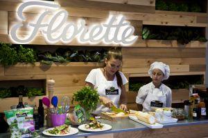 La chef SamanthaVallejo-Nágera elaborando las nuevas y sorprendentes ensaladas de Florette.