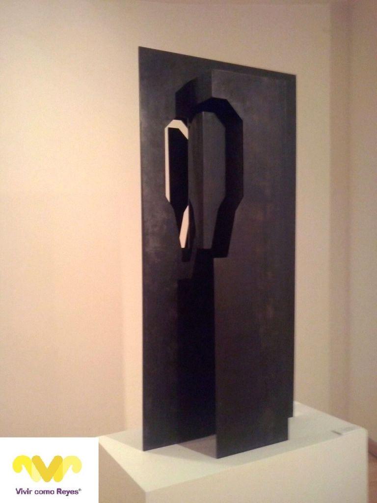 MARGA Gª PINTO. Escultura 'Doménico Theotocópoulos' realizada en chapa pavonada ensamblada. Medidas: 135 x 69 x 30 cm.