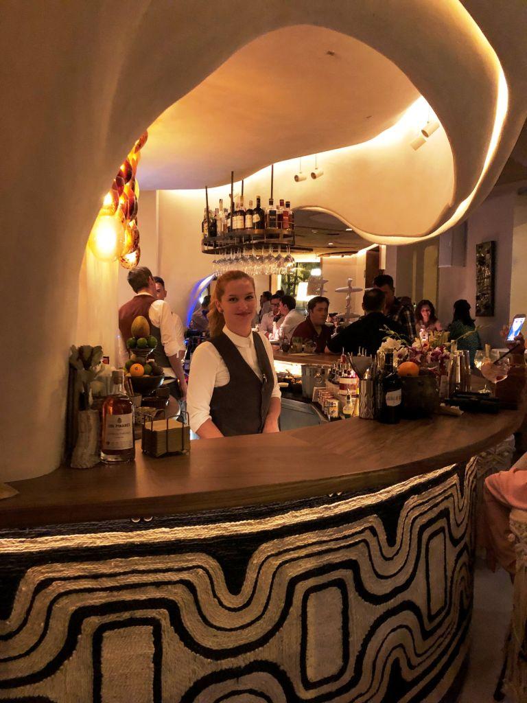 vivir-como-reyes-Aarde-Restaurante-barra