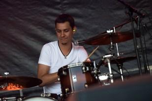 Gabriel, batteur du power trio Fixit, sur la scène des Estivales de Pully. © Oreste Di Cristino