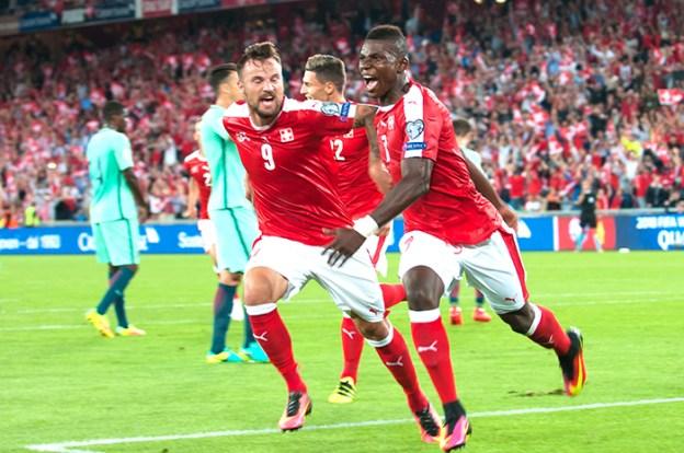 Breel Embolo (à droite) exulte après la réalisation du premier but face au Portugal à Bâle. © Oreste Di Cristino