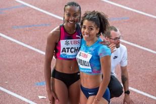Sarah Atcho (à gauche) et Mujinga Kambundji posent pour les photographes après l'épreuve du 200 mètres. © Oreste Di Cristino / leMultimedia.info