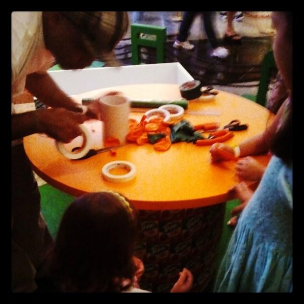 As crianças participando da oficina de instrumentos. #ReciclarÉShowTang