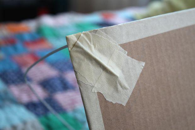 Fixe as pontas dos arames no papelão com fita crepe passo 2 Fonte: Castelo Forte