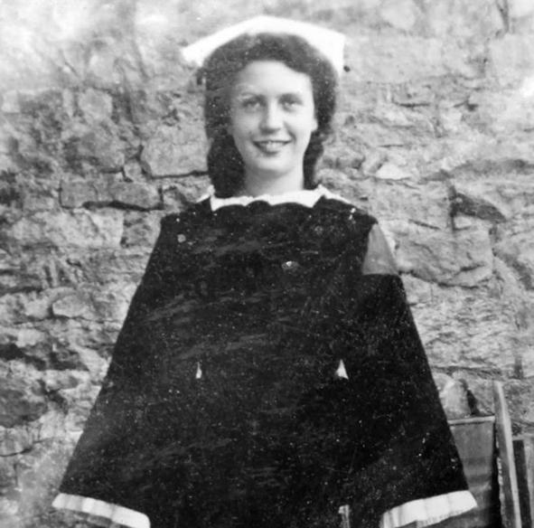 Jour 18: une photo de ma Grand-mère Paternelle quand elle était jeune, en costume Breton traditionnel avec sa coiffe.