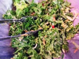 salade de kale avec le reste de marinade