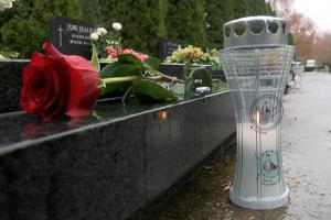 ruze i svijece na grobovima