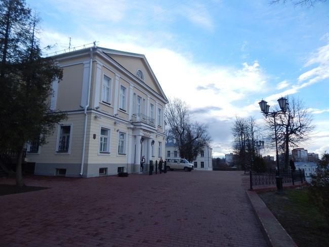 Здание театра - настоящий памятник архитектуры!