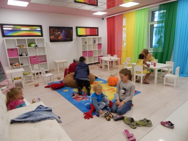 В детской комнате царит веселье.