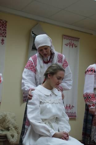 Мать невесты обращалась к ней с традиционной просьбой поплакать. Считалось, что, чем больше молодая плачет на свадьбе, тем меньше будет лить слез в замужестве