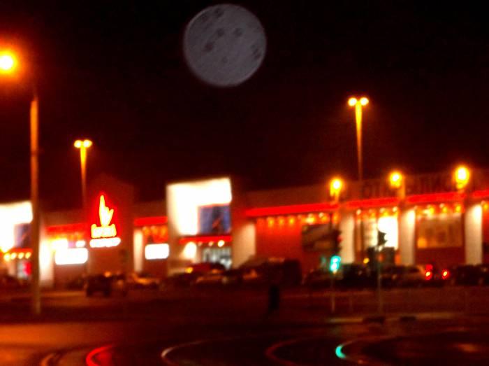 Вот такой большой плазмоид я заснял в 2013 году над гипермаркетом Корона