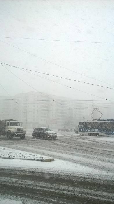 Снег на трамвайных путях. Фото Анастасии Вереск