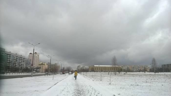 После того. как снежная буря улеглась над городом еще держалась грозовая туча. Фото Анастасии Вереск