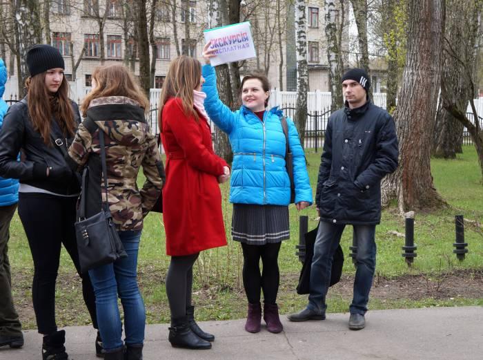 Перед началом экскурсии по Старо-Семеновскому кладбищу. Фото Алена Евдокимова