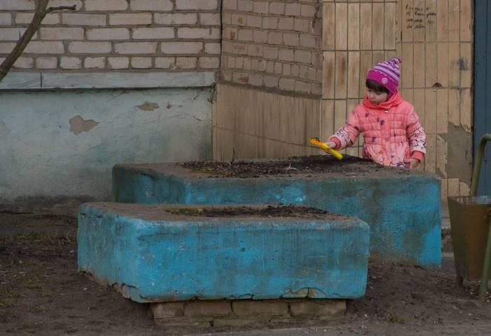 ... играть в земле, пока мама не видит. Фото Анастасии Вереск