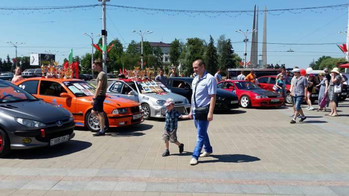 Выставка автомобилей собрала и больших и маленьких поклонников. Фото: Аля Покровская