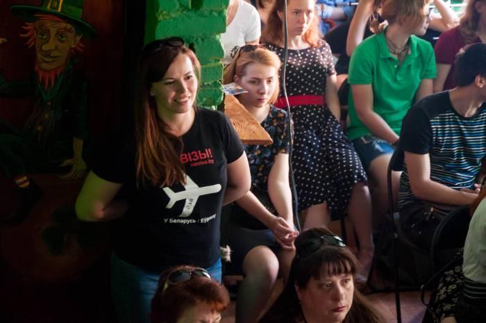 """Волонтеры фестиваля носили майки с приметной """"дорожной"""" символикой. Фото Анастасии Вереск"""