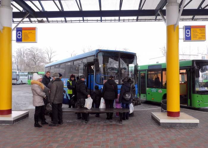 При посадке в международный автобус контролер проверяет билет и паспорт. Фото Светланы Васильевой