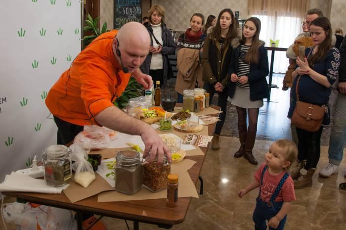 Мастер-класс по приготовлению соусов от шеф-повара шеф-повара Сергея Петроченко. Фото Анастасии Вереск